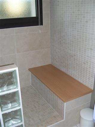 Salle de bain avec carrelage et faience petits carreaux et pavés de verre sur la commune de TREILLIERES - 44119